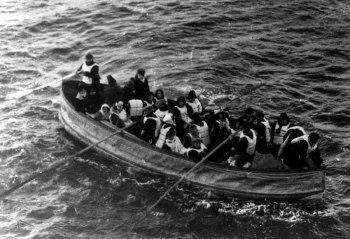 Titanic_lifeboat_carpathia